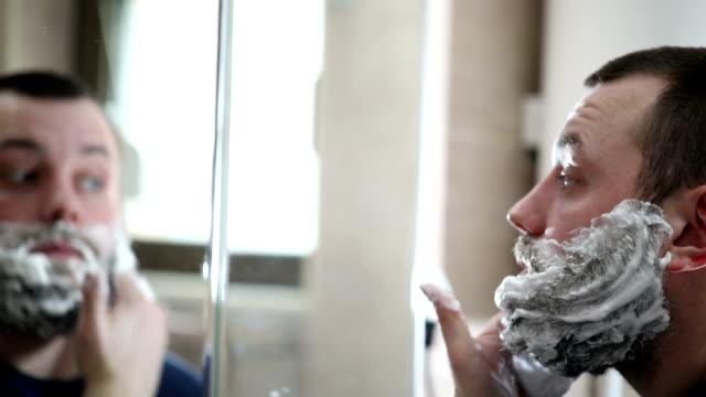 vidéos et rushes de mettre de la crème à raser - se raser
