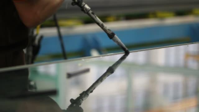 HD : Putting silicone glue into glass