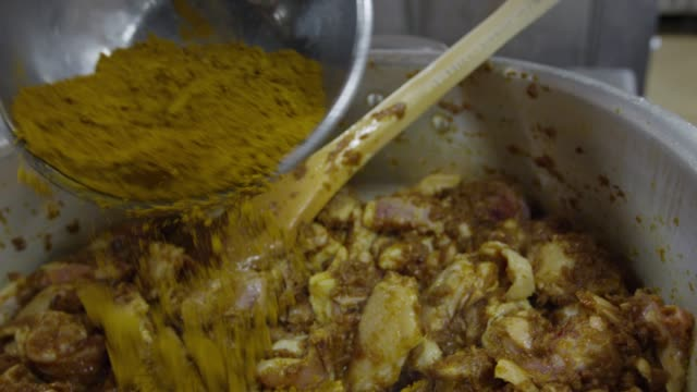 vidéos et rushes de putting the curry powder on the chicken with seasoning in tokyo, japan - curry powder