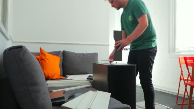 自宅フラット パックの家具を置くこと - ドリルビット点の映像素材/bロール