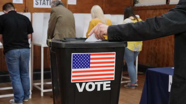 4K DOLLY: Abstimmung in Wahlurne bei der USA-Wahl - Abstimmung im Wahllokal setzen