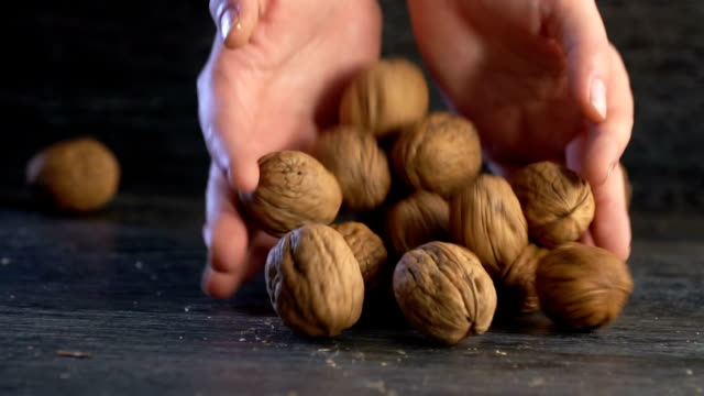 stockvideo's en b-roll-footage met walnut zetten de houten tafel - notendop
