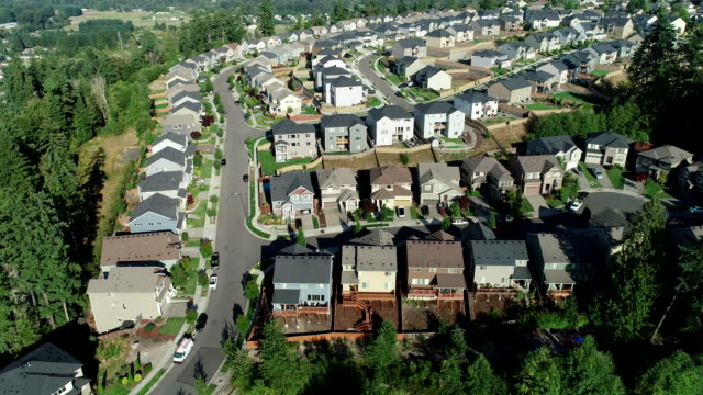 stockvideo's en b-roll-footage met puyallup road cars forest zomer washington drone binnenlands gebied - staat washington
