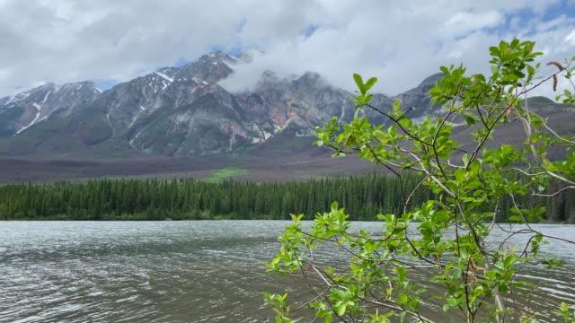 stockvideo's en b-roll-footage met pyramid island and mountain in jasper national park, alberta, canada - verwonderingsdrang