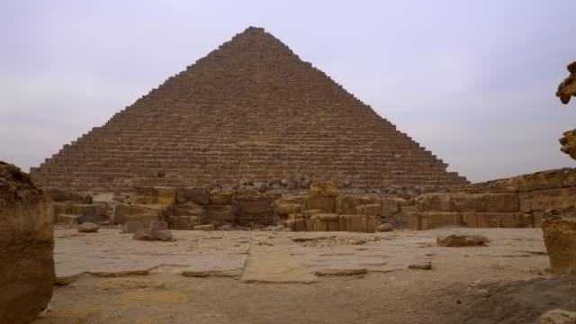 vídeos de stock e filmes b-roll de pyramids in giza, egypt. - médio oriente