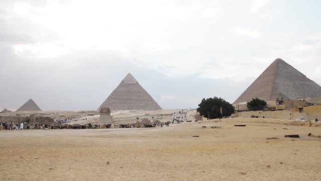 pyramids of giza and the great sphinx of giza - ピラミッド点の映像素材/bロール