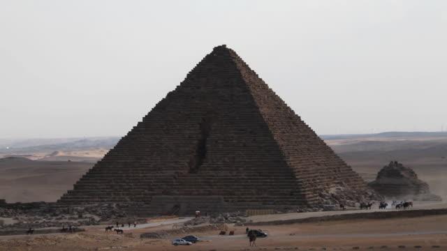 pyramids of giza, wide shot - ピラミッド点の映像素材/bロール