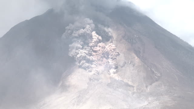 pyroclastic flow and rock fall during volcanic eruption at mount sinabung - pyroklastischer strom stock-videos und b-roll-filmmaterial