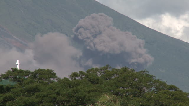 pyroclastic flow ash explosion from volcanic eruption explodes near city, philippines, dec 2009 - pyroklastischer strom stock-videos und b-roll-filmmaterial