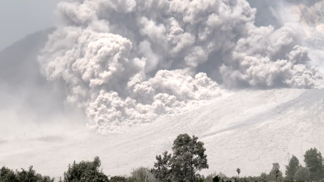 pyroclastic flow volcanic eruption at mount sinabung - pyroklastischer strom stock-videos und b-roll-filmmaterial