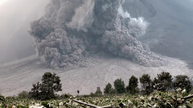 vídeos y material grabado en eventos de stock de pyroclastic flow volcanic eruption at mount sinabung - monte sinabung