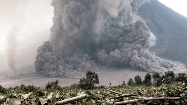 pyroclastic flow volcanic eruption at mount sinabung - eruzione video stock e b–roll