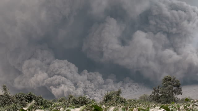 pyroclastic flow volcanic eruption at mount sinabung - cenere video stock e b–roll