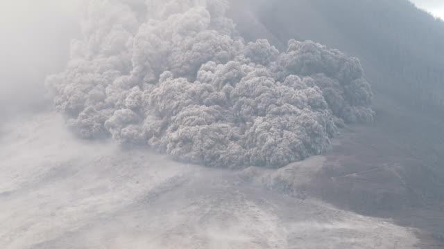 vídeos de stock, filmes e b-roll de pyroclastic flow volcanic eruption at mount sinabung - entrar em erupção