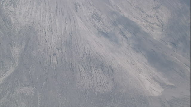 pyroclastic flows trace the crater of the sakurajima volcano in kagoshima, japan. - pyroklastischer strom stock-videos und b-roll-filmmaterial