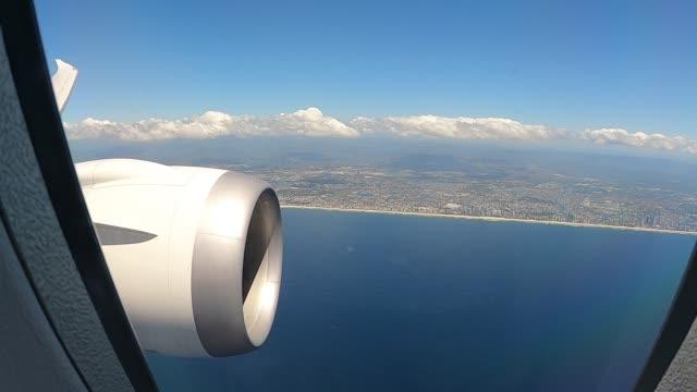 vídeos de stock, filmes e b-roll de qantas flight number qf787, a boeing 787 dreamliner aircraft flies close to the queensland coast on october 10, 2020 in queensland, australia. with... - boeing 787
