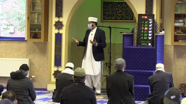 qari asim, chairman of the mosques and imams national advisory board leads prayers at the end of ramadan at the makkah masjid in leeds, where he is... - 会長点の映像素材/bロール