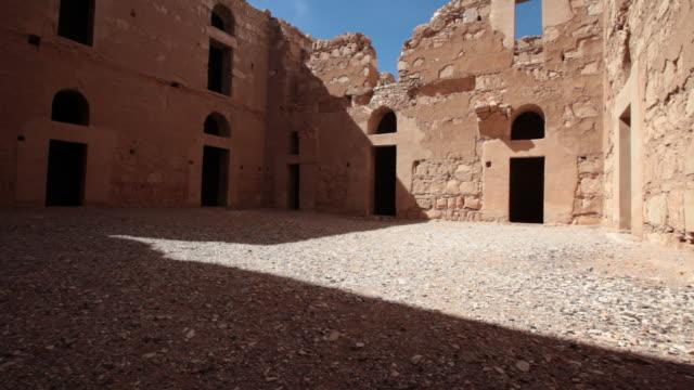 vídeos de stock, filmes e b-roll de qasr kharana is one of the best-known of the desert castles located in present-day eastern jordan - oriente médio locais geográficos
