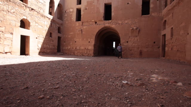 vídeos de stock, filmes e b-roll de qasr kharana is one of the best-known of the desert castles located in present-day eastern jordan - arcaico