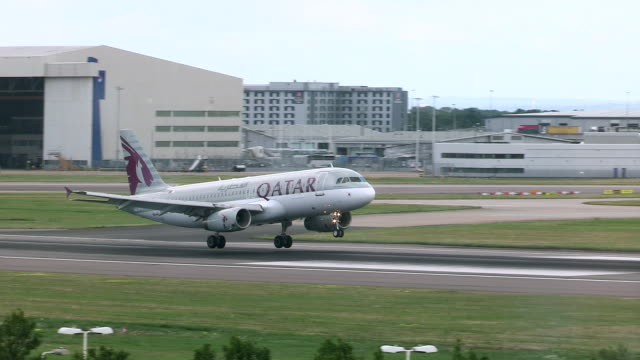 vídeos de stock e filmes b-roll de qatar 737 aircraft lands at heathrow airport - catar