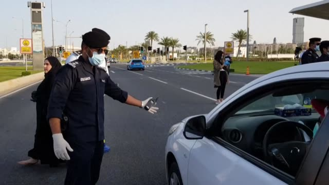 stockvideo's en b-roll-footage met qatari police hand out protective masks during a road patrol and reminds automobilists of the preventive measures put in place by the government to... - perzische golf
