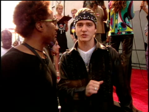 qtip and justin timberlake sing ebony and ivory on the red carpet of the 2000 mtv movie awards they take a photo together - justin timberlake stock-videos und b-roll-filmmaterial