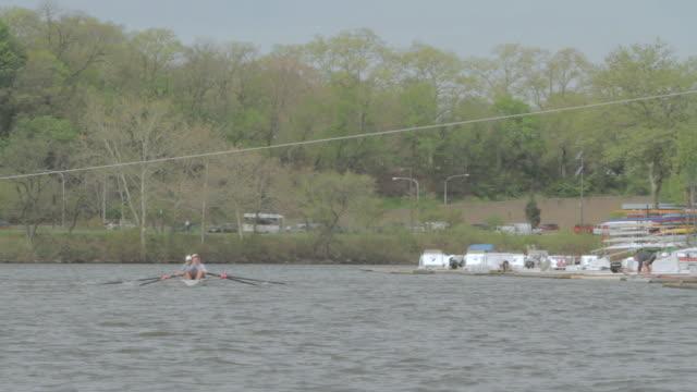 vídeos de stock e filmes b-roll de ws quad scull rowing on the river / philadelphia, pennsylvania, united states - quad scull