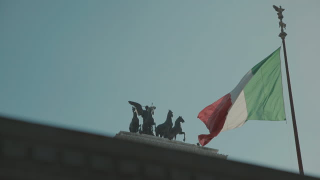 quadriga der vittorio emanuele denkmal rom in 4 k - italienische flagge stock-videos und b-roll-filmmaterial