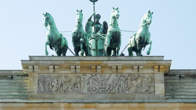vídeos de stock e filmes b-roll de tu quadriga on the brandenburger tor in berlin - figura feminina