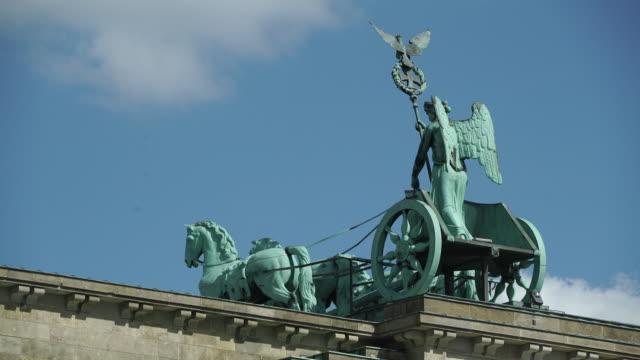 quadriga statue on brandenburg gate, berlin, germany - zugpferd stock-videos und b-roll-filmmaterial