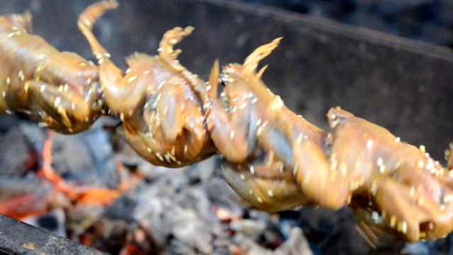 quail grill video - cibo cotto video stock e b–roll