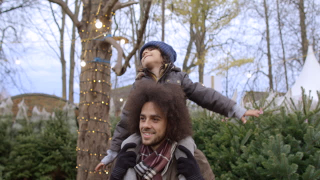 vidéos et rushes de temps de qualité père et fils - les bras écartés