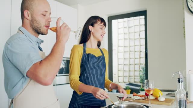 vídeos y material grabado en eventos de stock de tiempo de calidad comienza en la cocina - happy meal