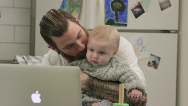 vídeos y material grabado en eventos de stock de tiempo de calidad - padres amos de casa