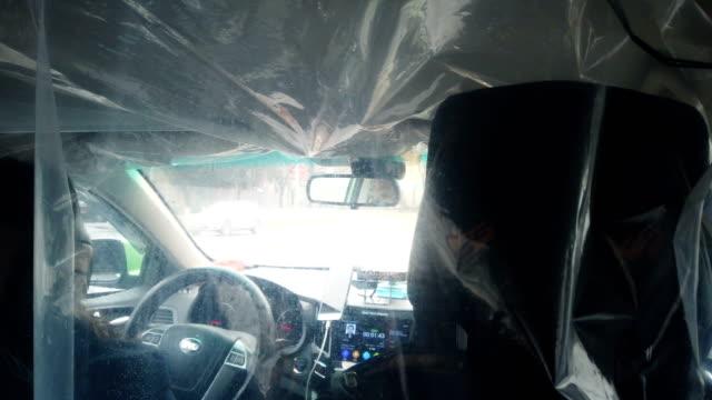 vídeos y material grabado en eventos de stock de quarantine capabilities in taxi during the coronavirus outbreak,xi'an,china. - taxista