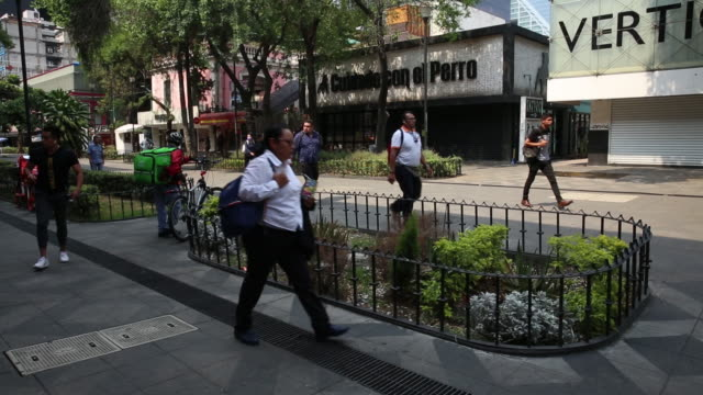 quarantine heats up wars between latin america's delivery apps. mexico city, distrito federal, mexico, on friday, april 3, 2020. - ヒート点の映像素材/bロール