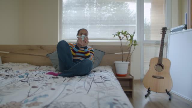vídeos de stock, filmes e b-roll de quarentena covid-19. férias imaginárias. jovem brincalhão voando com um avião de papel, viajando pelo mundo. se divertindo enquanto fica em casa. - isolado