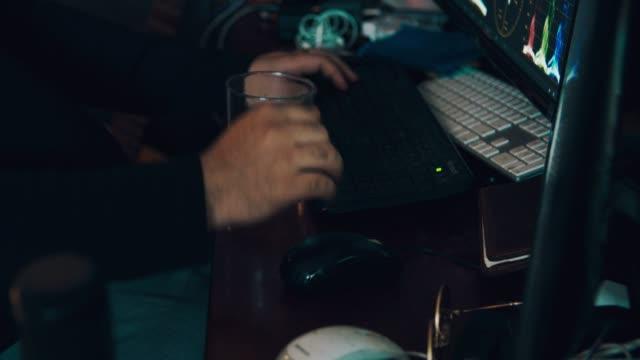 検疫 : 自宅でコンピュータと飲料水に取り組んでいる男性 - 編集者点の映像素材/bロール