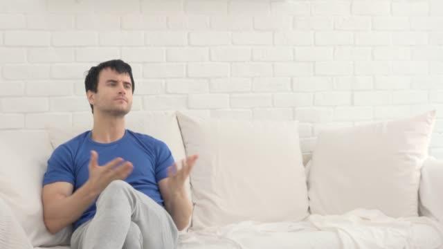 vidéos et rushes de querelle et rupture couple dans le salon - grognon