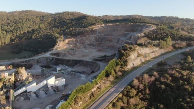 vídeos de stock e filmes b-roll de quarry as seen from above - cimento