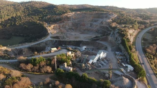 vídeos y material grabado en eventos de stock de cantera vista desde arriba - mina