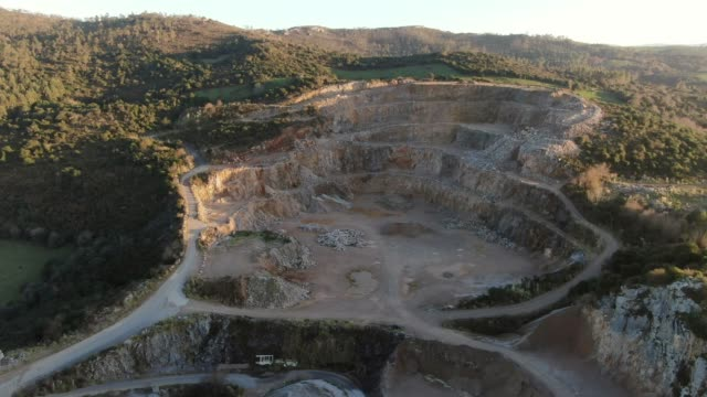 vídeos de stock e filmes b-roll de quarry as seen from above - mina de carvão