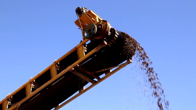 vídeos de stock e filmes b-roll de quarry mine industry rock extraction heavy machinery equipment - areia