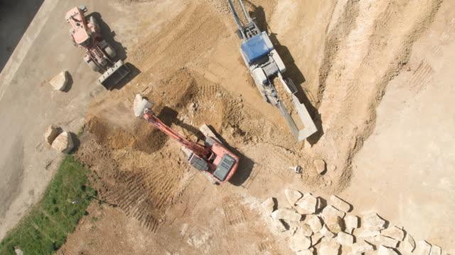 vídeos de stock, filmes e b-roll de quarry site - pedreira