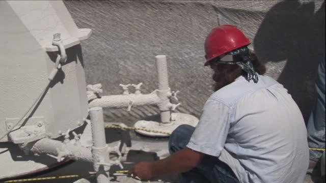 quarry workers prepare to make a cut. - 石切場点の映像素材/bロール