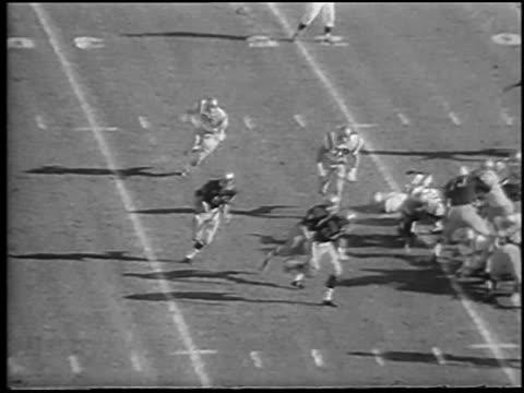 quarterback sonny stowers scoring touchdown in army vs. navy football game / philadelphia - アメフトのユニフォーム点の映像素材/bロール