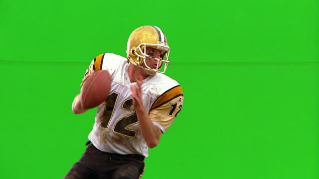 chroma key ms profile quarterback throwing football / green background - クオーターバック点の映像素材/bロール