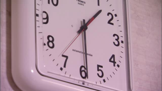 vídeos de stock e filmes b-roll de a quartz clock in a hospital provides accurate time. - quartzo
