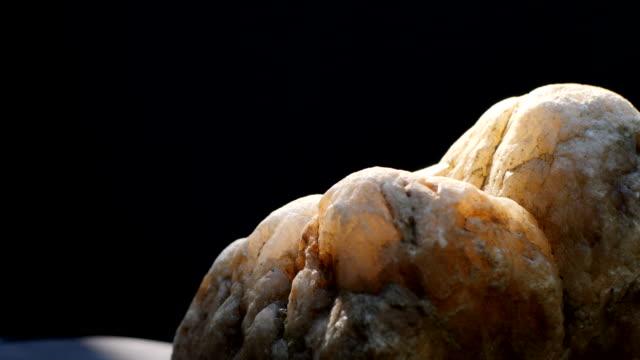 vídeos y material grabado en eventos de stock de cuarzo girando a cámara lenta sobre fondo negro - mineral