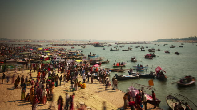 a quayside at the kumbh mela festival - pellegrino video stock e b–roll